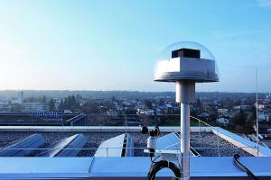 Der Tageslichtmesskopf auf dem Dach des Gebäudes