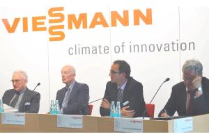 """Was kommt auf die Heizungsbranche zu? Franzjosef Schafhausen (rechts im Bild) informierte: """"Aus heutiger Sicht plädiere ich generell dafür, technologieoffen vorzugehen. Wir wissen heute alle noch nicht, wie die Zukunft genau aussehen wird. Zu vieles ist ungewiss – Energiepreise, technologische Entwicklung, Infrastruktur, Sektorkopplung."""""""