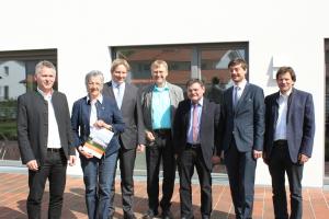 Architekt Georg Dasch (Mitte) freut sich mit den Bauherren und Projektpartnern über das gute Messergebnis. V.l.n.r.: Johannes Edmüller (geschäftsführender Gesellschafter Schlagmann Poroton), Edeltraut  Plattner (stellv. Landrätin  Rottal-Inn), Steffen Mechter (BayWa), Georg Dasch (Architekt, Sonnenhaus-Institut),  Erwin Schneider (Landrat  Altötting), Prof. Dr. Wolfgang Dorner (TH Deggendorf) und Max Hennersperger (Umweltamt Burghausen).
