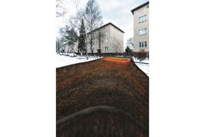 """Im Bauvorhaben """"Märkische Scholle"""" in Berlin Lichterfelde-Süd kommt der """"e-Tank"""" zum Einsatz. Dabei handelt es sich um einen Erdspeicher, der bei Neubauten unter der Bodenplatte, bei Sanierungen in der Regel neben dem Gebäude installiert wird. Der Speicher ist seitlich und nach oben wärmegedämmt, nach unten ist er offen."""