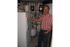 Spezieller Beratungsservice: Bernd Steidl, Fachberater Energieerzeugung bei Roth,  kam zur Inbetriebnahme des Gesamtsystems nach Burgsinn.