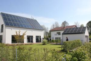 """Das """"Effizienzhaus Plus Schlagmann/BayWa"""" erzeugt mehr Energie als die Bewohner verbrauchen. Dafür sorgen Photovoltaik, Stromspeicher, Solarthermie, Solarwärmespeicher sowie eine Wärmepumpe."""