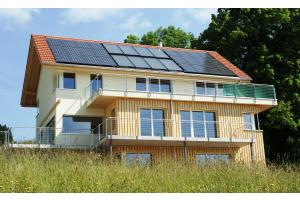 """Bei diesem Wohnhaus wurde das """"Solaera""""-System von Consolar mit einer Photovoltaikanlage kombiniert, die auch Betriebsstrom für die Wärmepumpe liefert."""
