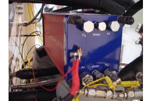 Um praktikable Spannungen zu erzielen, werden mehrere Brennstoffzellen zu einem Zellenstapel (Stack) zusammengeschaltet. Hier befindet sich der Stack einer PEMFC auf dem Prüfstand.