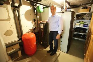 """Carsten Mönkemeyer mit dem Frischwasser-Pufferspeicher """"Aqua Expresso III"""" und der Kompaktheizzentrale """"Energy Vario""""."""