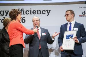 Christoph Thelen, Geschäftsführer bei der Thelen Gruppe (rechts) und Thomas Kübler bei der Auszeichnung der Hallenheizung.